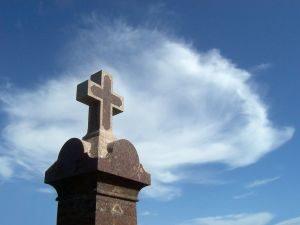 krzyż na cmentarzu, organizacja pogrzebu