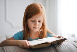dziecko czytajace ksiazke po angielsku